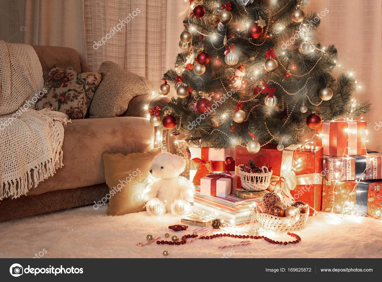 Kamer in dark met de beschermende verlichte kerstboom decoratie