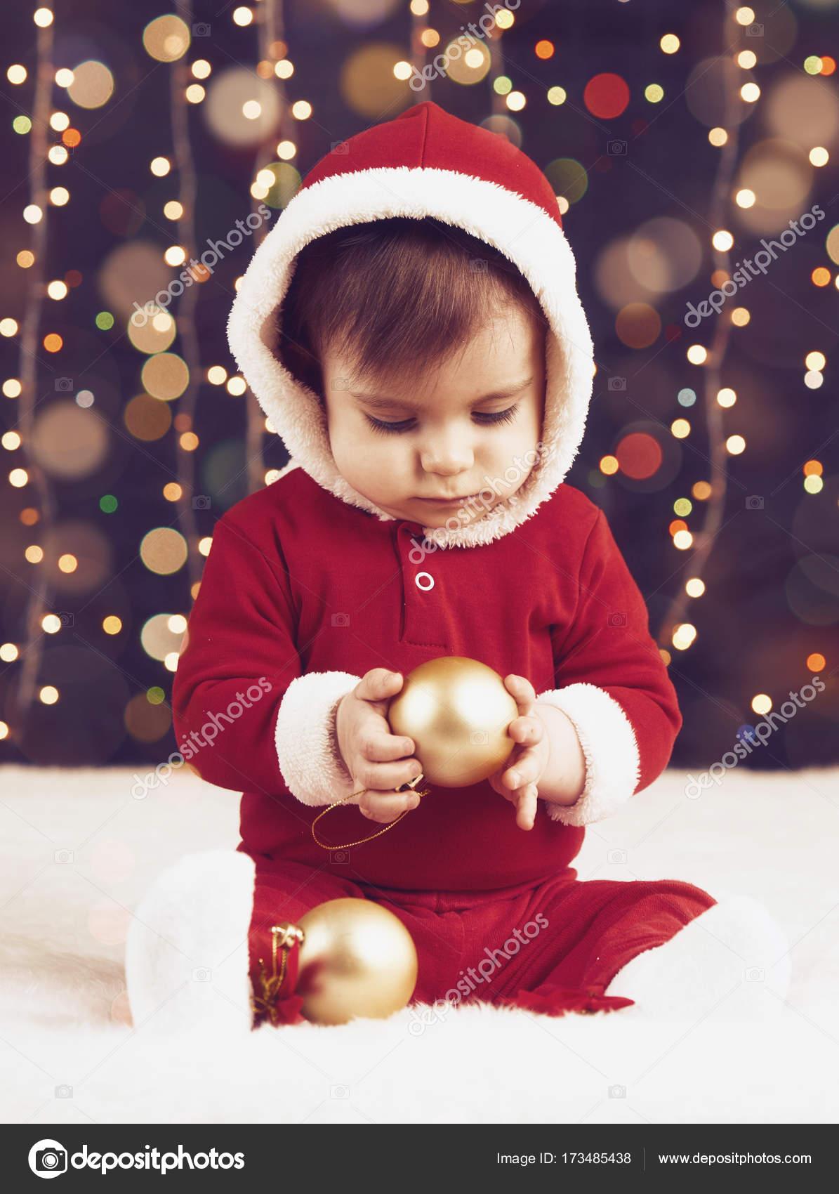Ragazzino bambino vestito come Babbo Natale che suona con decorazione di  Natale 724e31d4bfd