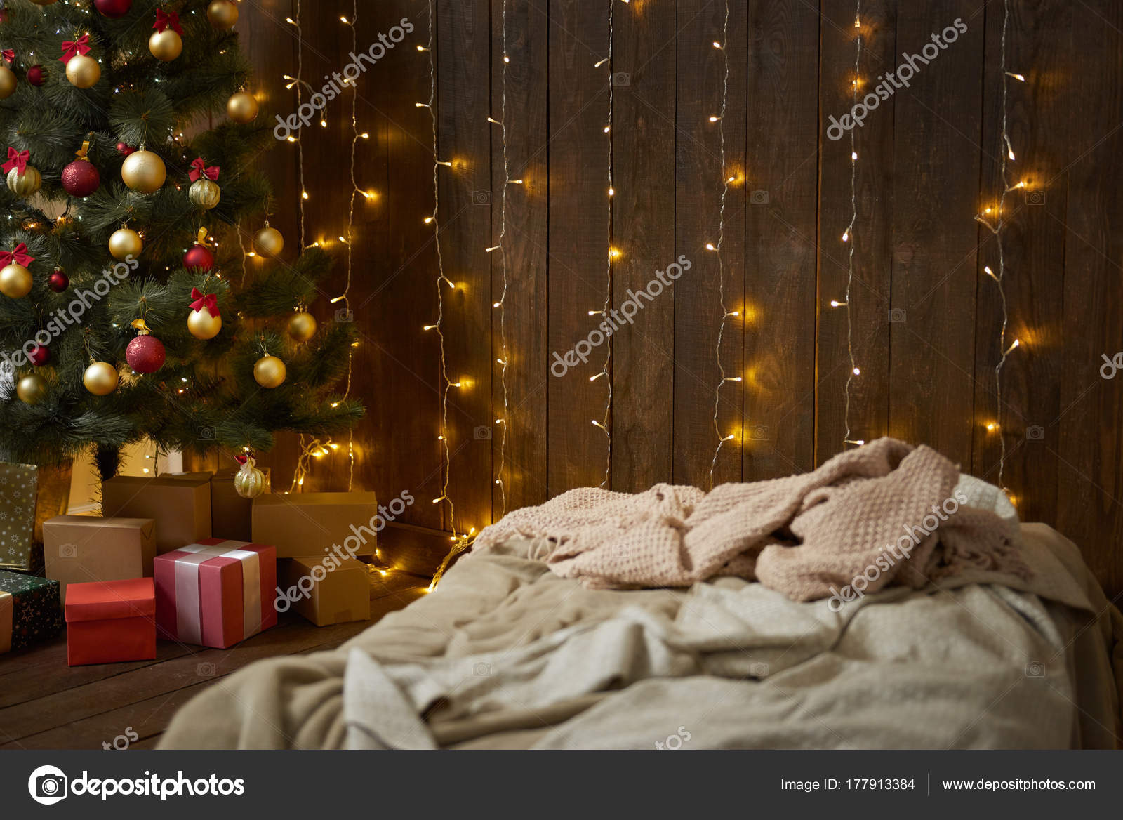Alberi Di Natale In Legno Da Appendere : Interiore della casa con parete in legno letto albero di natale