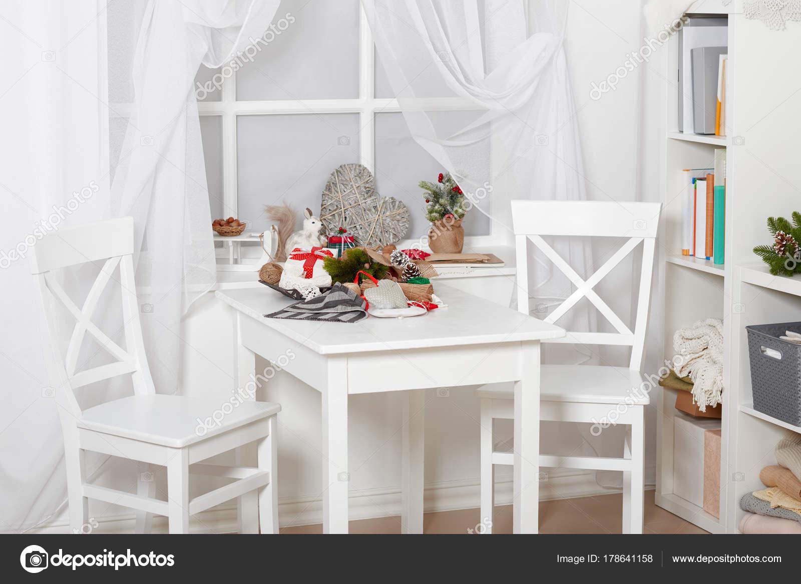 Witte kamer interieur met decoratie van kerstmis venster tafel en