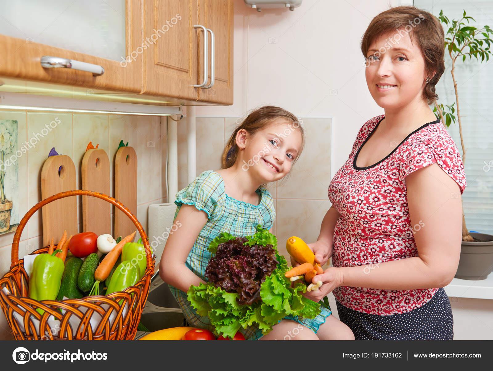 Madre e hija con cesta de frutas y verduras frescas en interior de ...