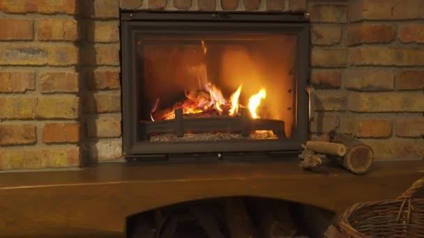 Hořící krb - žhnoucí oheň v kamenném krbu se ohřeje v noci
