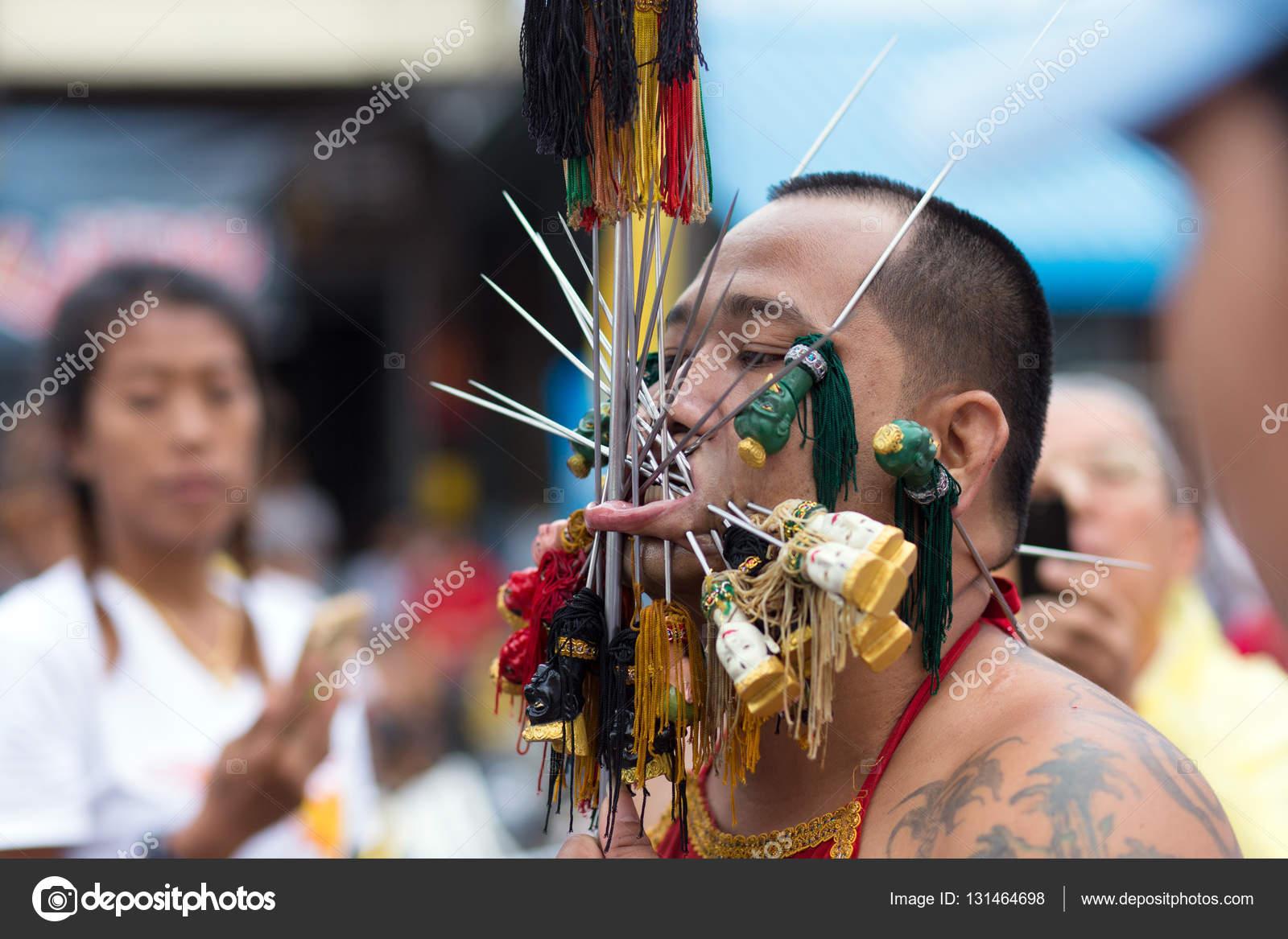 Piercing extreme dévot taoïste — Photo éditoriale © smithore ...