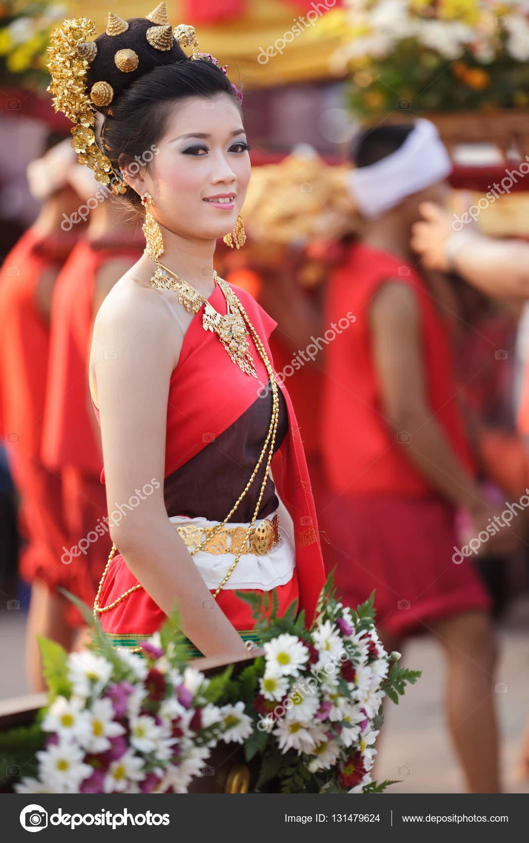 Femme Thailandaise Photos femme thaïlandaise en vêtements traditionnels — photo éditoriale