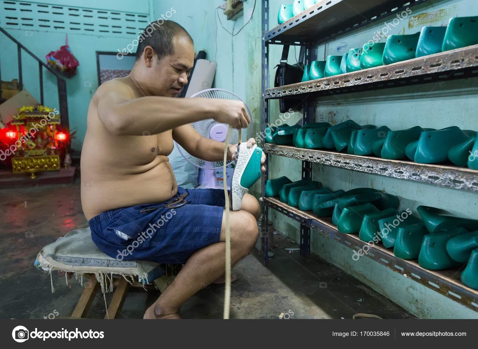 arrives 7d770 eb20e Uomo tailandese lavora nella fabbrica di scarpe — Foto ...