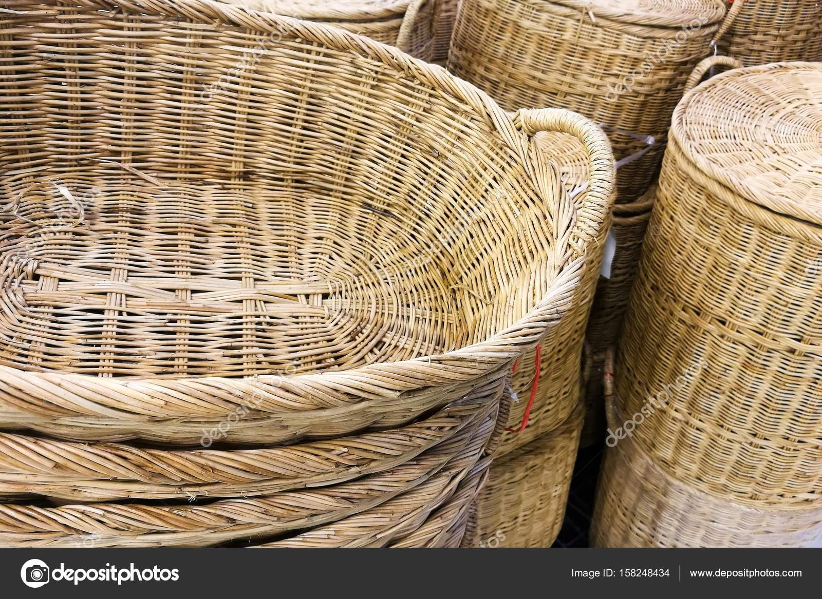 6dc013df0 Closeup stoh ratanový proutěný koš na prodej na trhu — Fotografie od ...