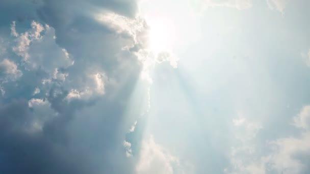 časový odstup mraků a modré oblohy