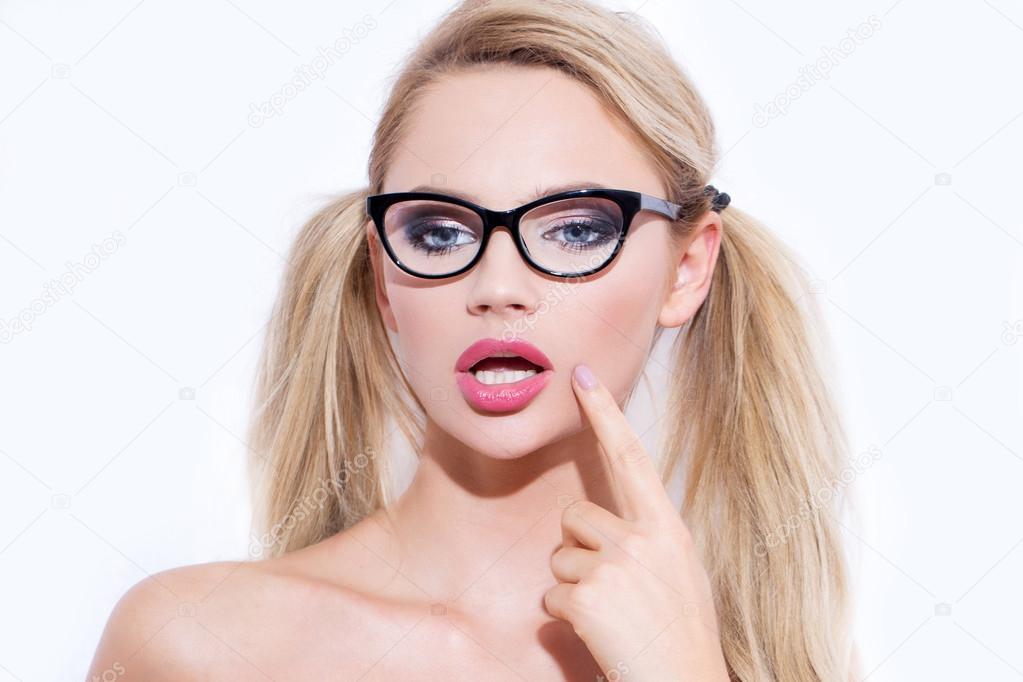 Mujer Sexy Rubia En Gafas Con Doble Cola De Caballo Fotos