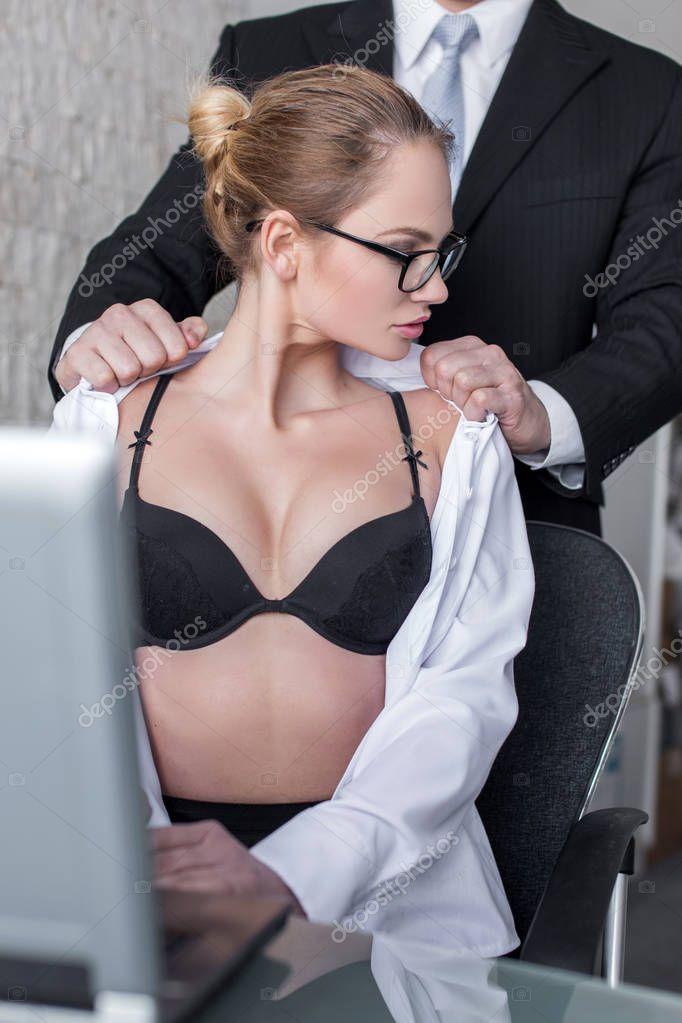 Шеф и молодая сотрудница обкончать лицо порно