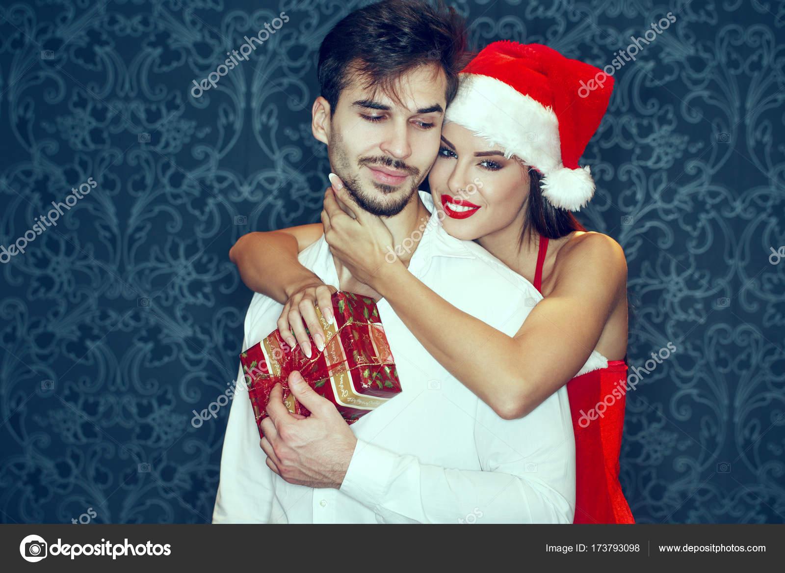 Regalo Natale Amore.Giovani Coppie Con Il Contenitore Di Regalo A Natale Amore