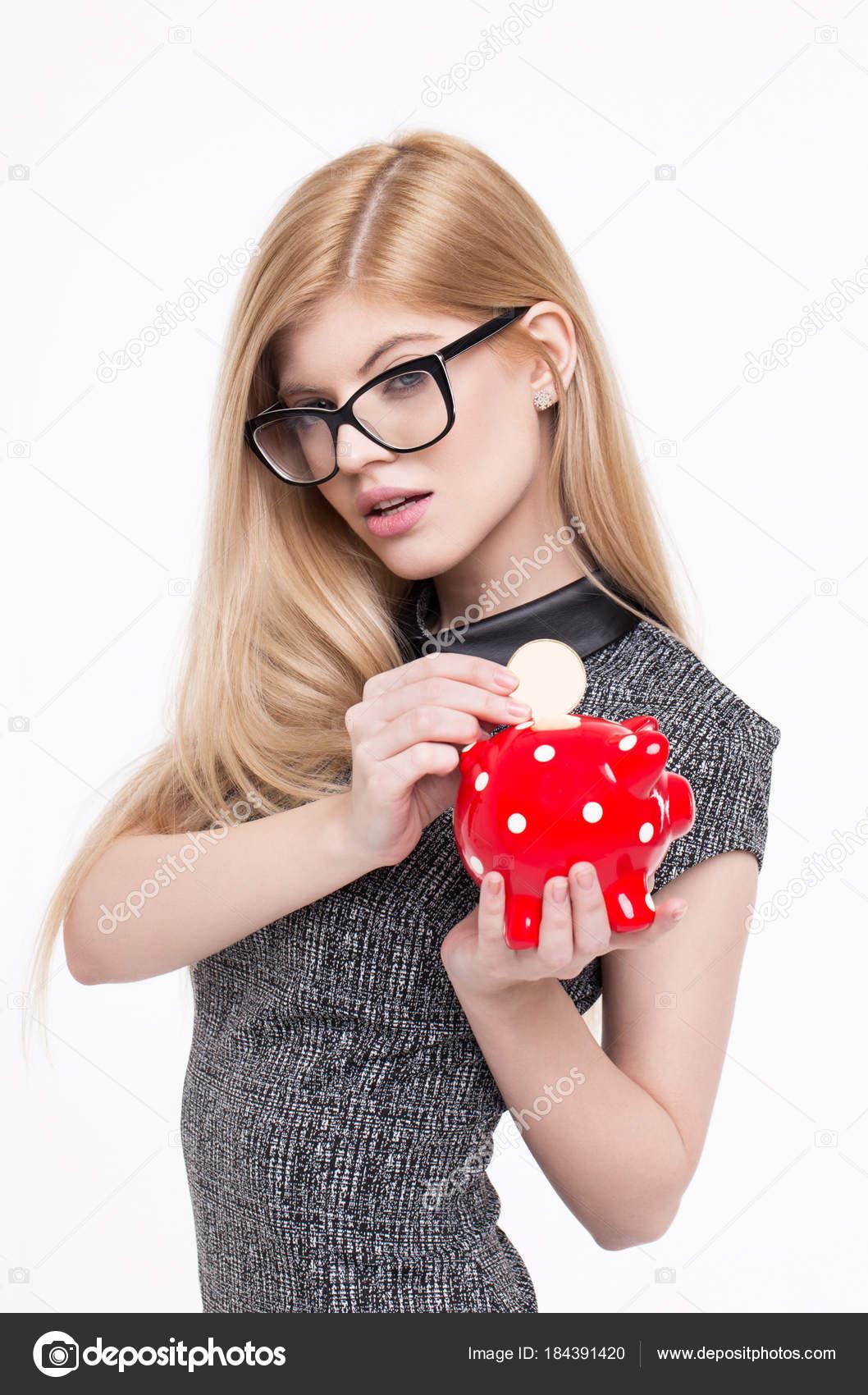 Joven rubia inteligente Guardar plantilla de monedas en hucha — Foto ...