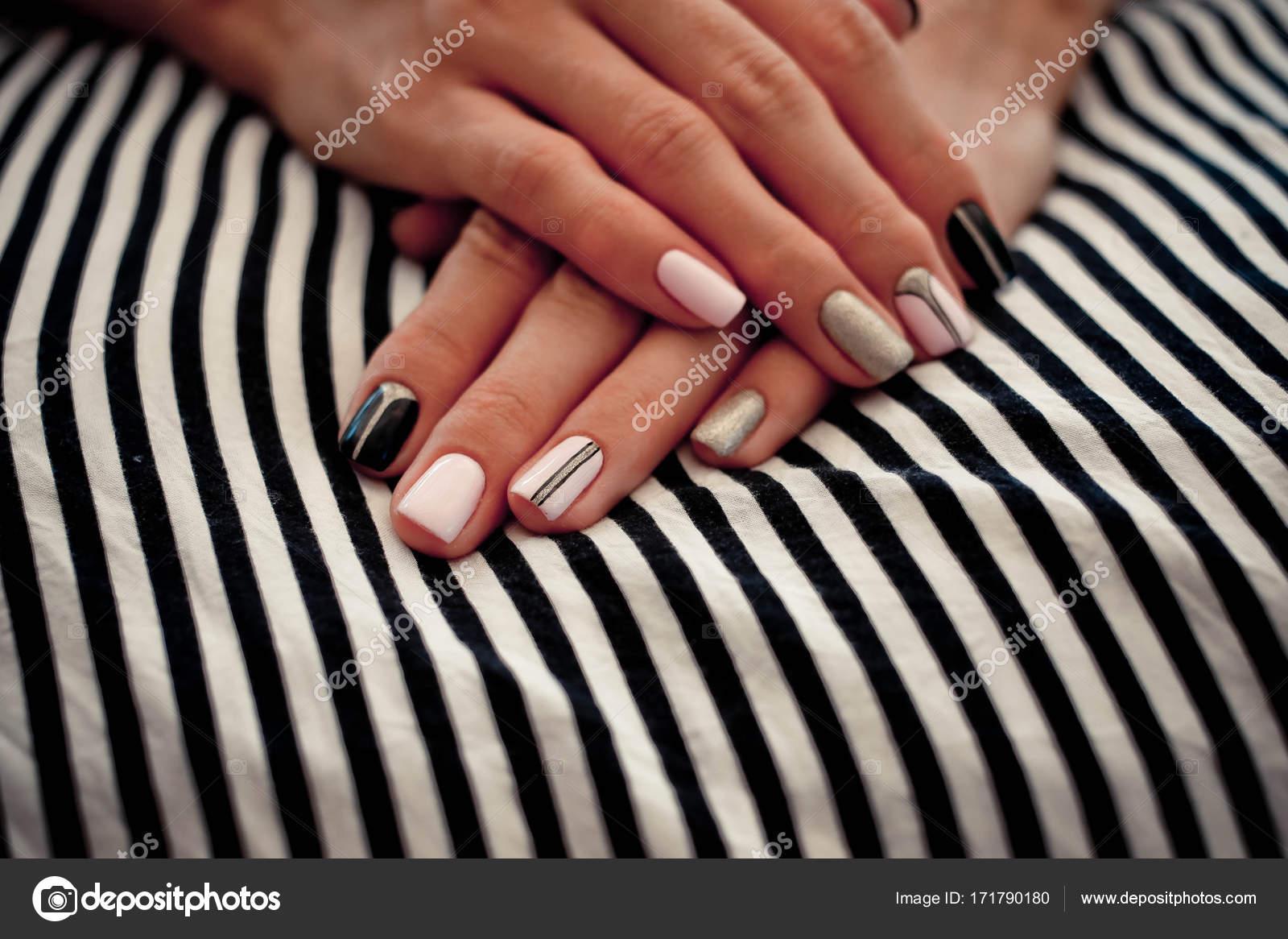 Various Fingernägel Design Bilder Best Choice Of Der Nägel Auf Einem Gestreiften Hintergrund —