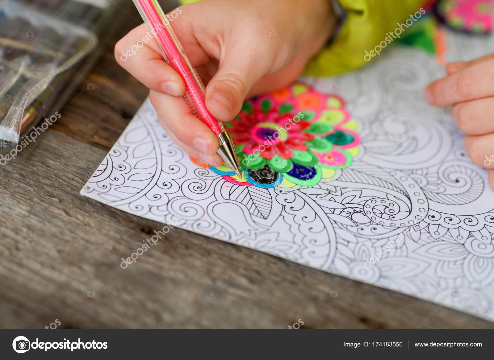 niño pinta un libro para colorear para adultos con lápices de ...