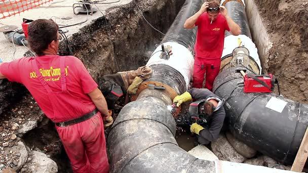 Zobrazit na svařování týmu zaměstnanců až do sestavení nové potrubí