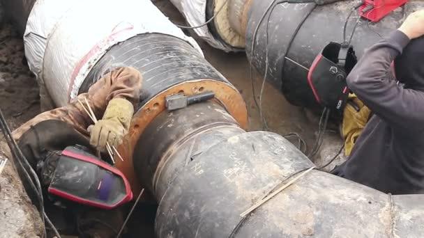 Zobrazit na svařování týmu zaměstnanců až do sestavení nové potrubí.