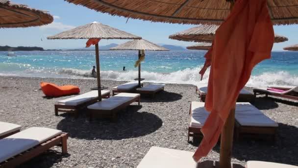 Luxusní módní lehátka, lehátko s deštník pro relaxaci u písečné pláže