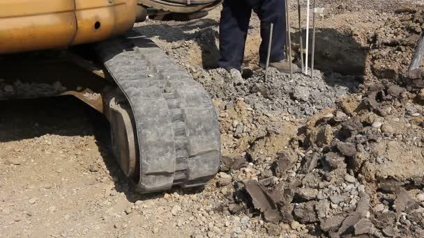 Munkavállaló intézkedések armatúra hosszának. Munkavállaló a megerősítés után eltávolítása felesleges beton alapot oszlopok hosszúságmérő.