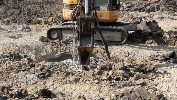 Nagybecskerek, Vojvodina, Szerbia - április 23-án 2015:Jackhammer feltörése megerősített pillére, hogy őket. Kotró breaking, és eltávolítja a felesleges beton oszlopok alap szinten Alapítványnak.