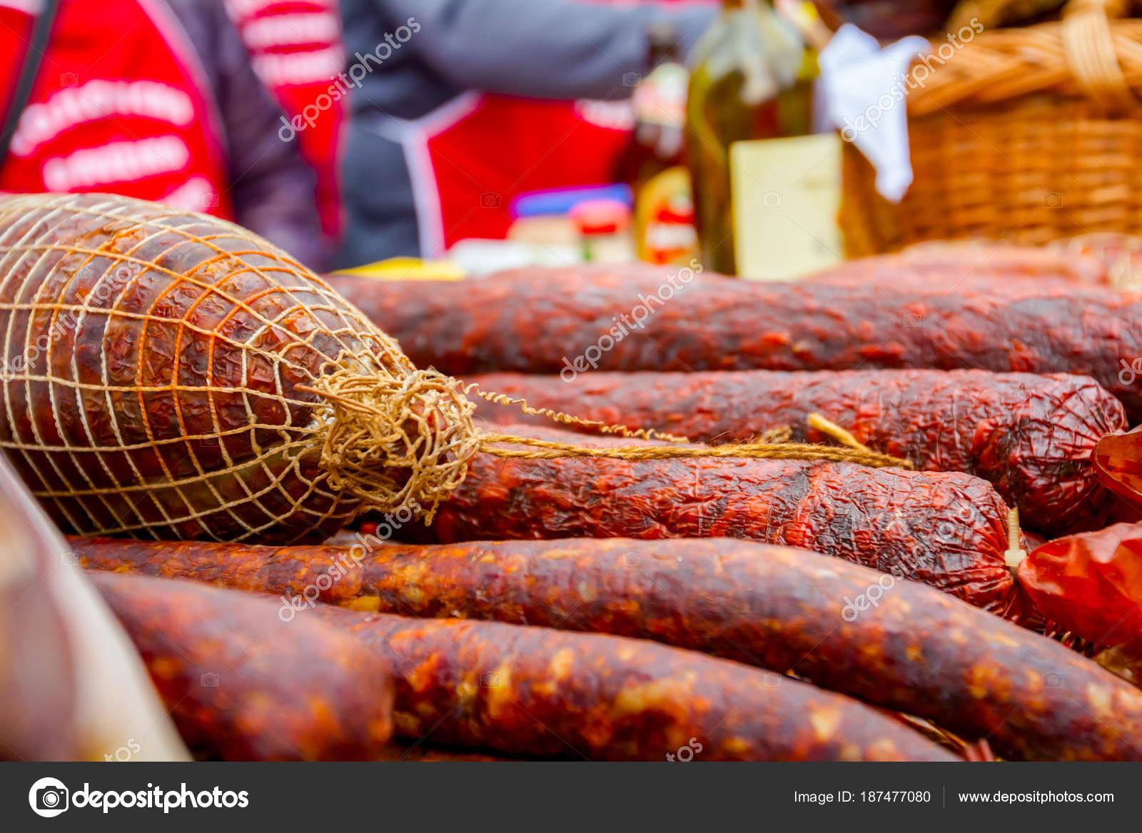 Venta de carne ahumada en puesto de mercado de la calle ba561f465e2