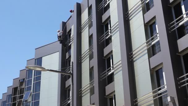 Kletterausrüstung Industrie : Teamwork bei industriekletterer waschen gebäudefassade