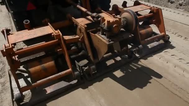 Öntömörítős konténer, teherautó szerelt lemez. Lemez tömörítő van szerelve, hogy a teherautó, homok road építkezésen tömörítés.