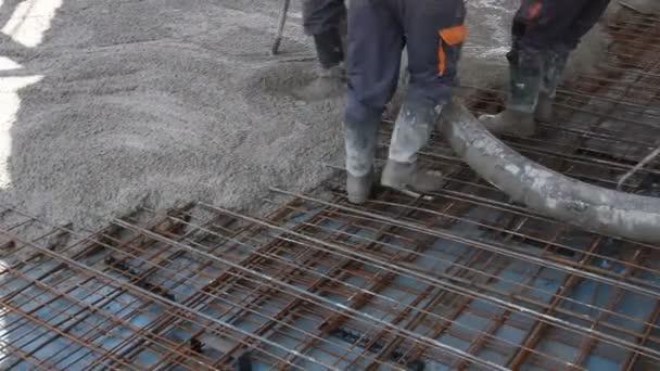 Geliebte Arbeiter Verbreiten Beton Über Großen Verstärkten Boden Auf Der @AD_81