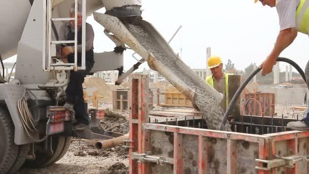 zrenjanin, vojvodina, serbia - 21. Mai 2015: Bauarbeiter gießen Beton in Form von Mischwagen.