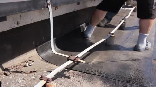 Upravte asfaltový kryt pro střešní lepenky. Opravy střechy s asfalt roll, úprava hydroizolační list na betonový podklad.