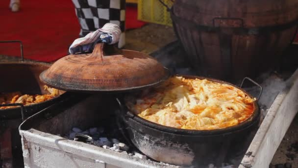 Velké množství jídla se vaří ve velkém keramické, hliněné hrnce na uhlíky.