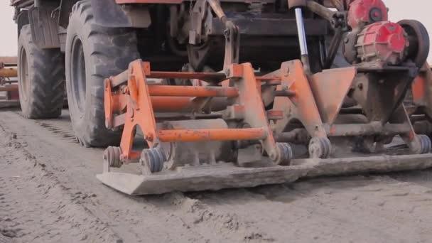 Lemez rezgés tömörítő van szerelve a teherautó, tömörítő homok az út építési területen.