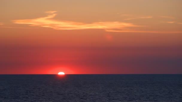 Západ slunce na klidné moře