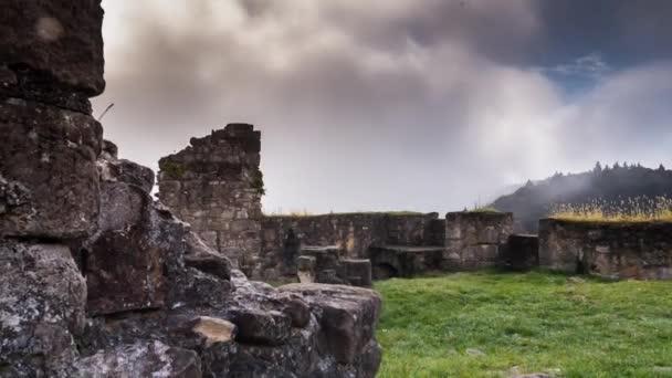hrad mlha mystické atmosféry