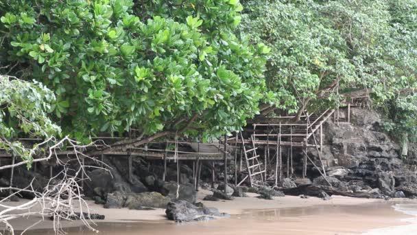 Ao Nang Krabi Province, Thajsko. Lidí, kteří jdou na dřevěný most. Pai Plong