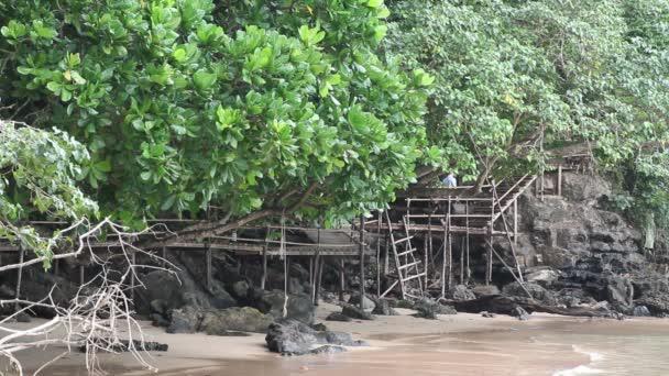 Ao Nang, Thajsko. Lidí, kteří jdou na dřevěný most. Široké pozorovací úhly