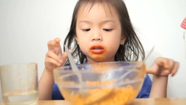 asiatische Mädchen essen würzige koreanische trockene Nudel, Zeitlupe