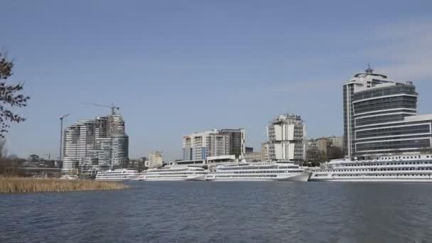 Rostow am Don, Russland-April 5,2018: touristische Schiffe im Hafen am Fluss Don bereiten sich auf Sommer-Navigation
