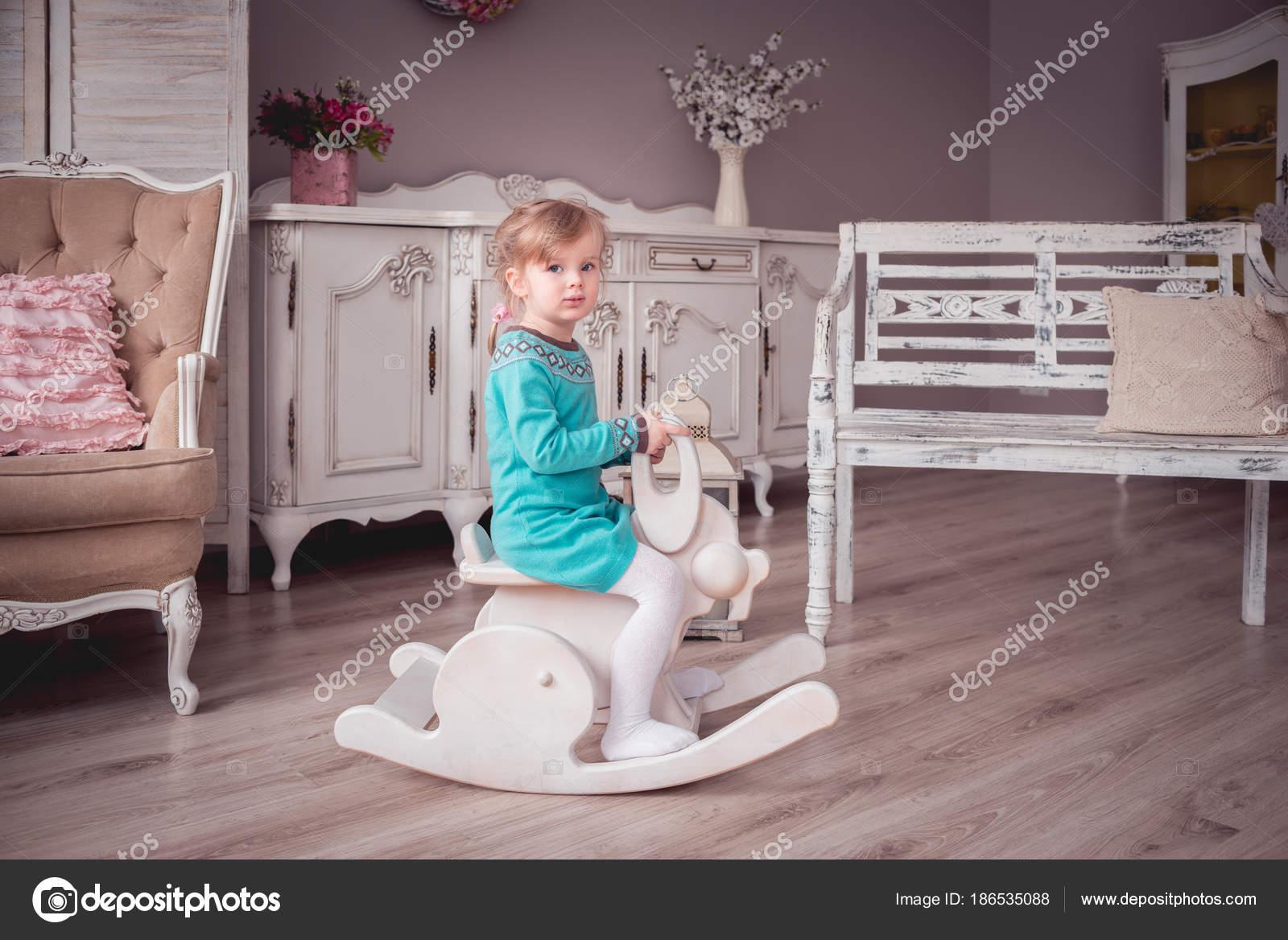 Kleines Mädchen Einem Provence Interieur Reiten Ein Schaukelstuhl ...