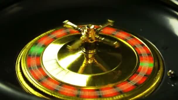 Kasino točí ruletu. 20 černých kapek