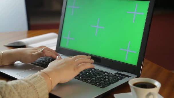 Ženské ruce píšou na klávesnici počítače v kanceláři