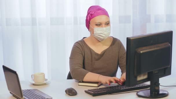 Eine Jüdin mit Kopfbedeckung bei der Arbeit während der Quarantäne, das Coronavirus spricht am Telefon und arbeitet am Computer