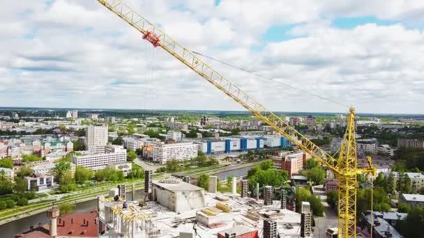 Výstavba výškového objektu s věžovým jeřábem na pozadí centra města.