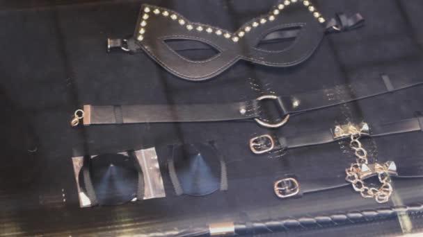 präsentieren luxuriöse bdsm Ausrüstung Zubehör. Erotik-Shop set.Leder und Gold