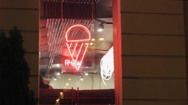 Zmrzlinový kužel neonové show. Okno kavárny. obj. číslo.osvětlené