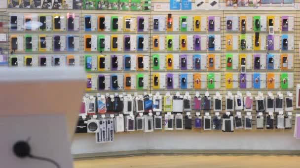 okostelefon áruház kirakat áruk és tartozékok.értékesítés elektronika