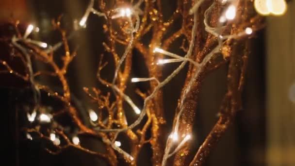 tündérfa koszorúval a mágikus kertben. fantasy romantikus ötlet dekoráció