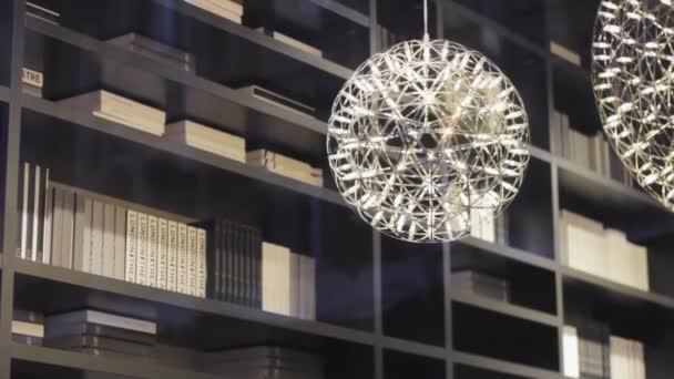 domácí knihovna návrhářů. stylové futuristické lampy. čtení skříňky knihovny dekor