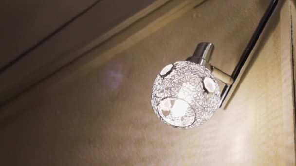 lámpa fém árnyalat. díszes minta a belső térben