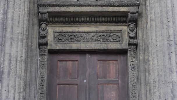 Architektur des Empire-Stils und Klassizismus. der Eingang zur Fassade des Doms