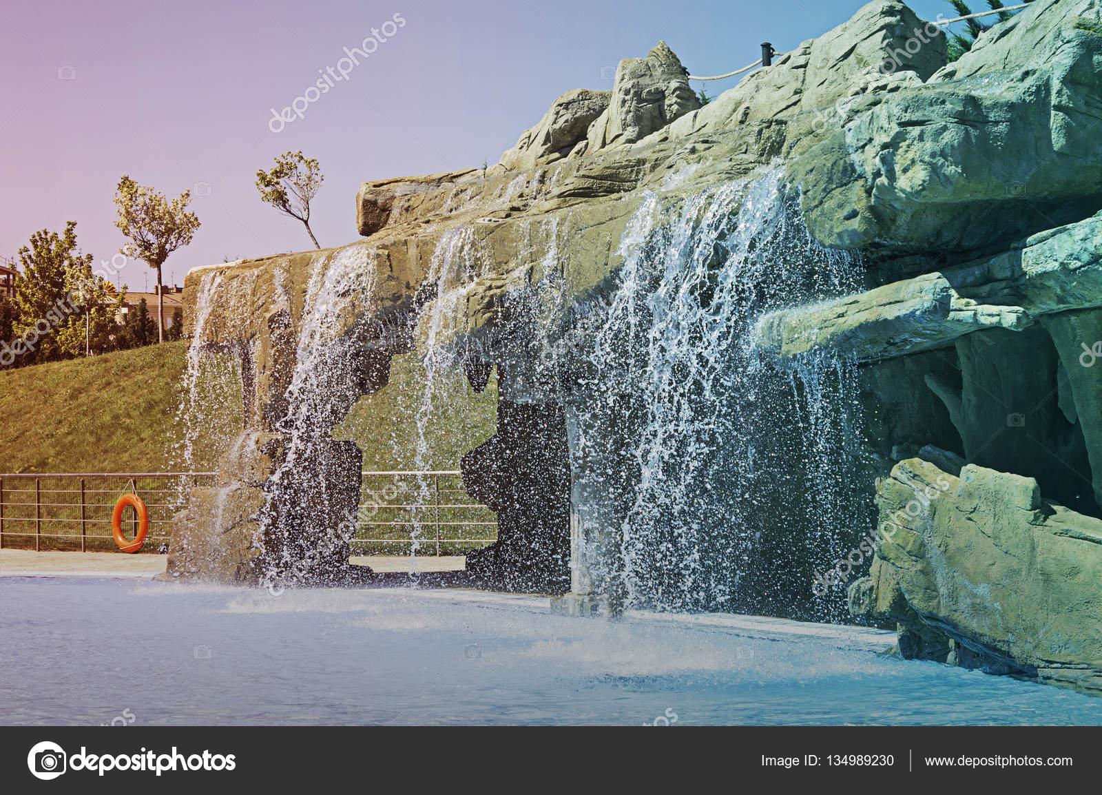 Wasserfall Im Pool U2014 Stockfoto