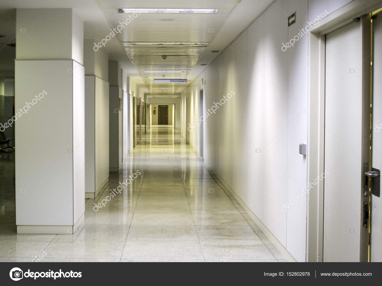 https://st3.depositphotos.com/1730367/15280/i/1600/depositphotos_152802978-stockafbeelding-interieur-gang-ziekenhuis.jpg